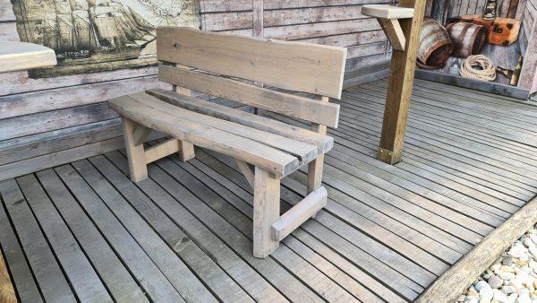 Lavica z masívu. Rozmery lavice: výška 80 cm, dĺžka 120 cm, šírka 30 cm.