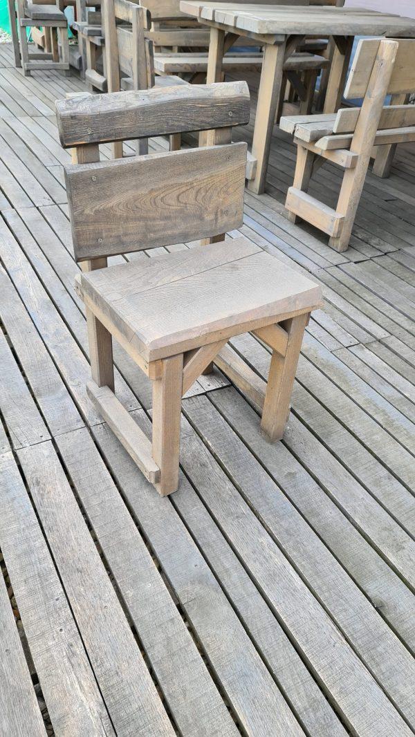 Stolička z masívu . Rozmer stoličky: sedadlo dĺžka 45x šírka 40 cm, výška 45 cm, celková výška stoličky 80 cm
