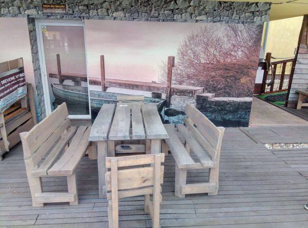 Stôl s dvoma stoličkami a dvoma lavicami z masívu