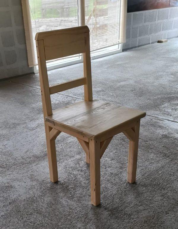 Stolička s operadlom z masívu